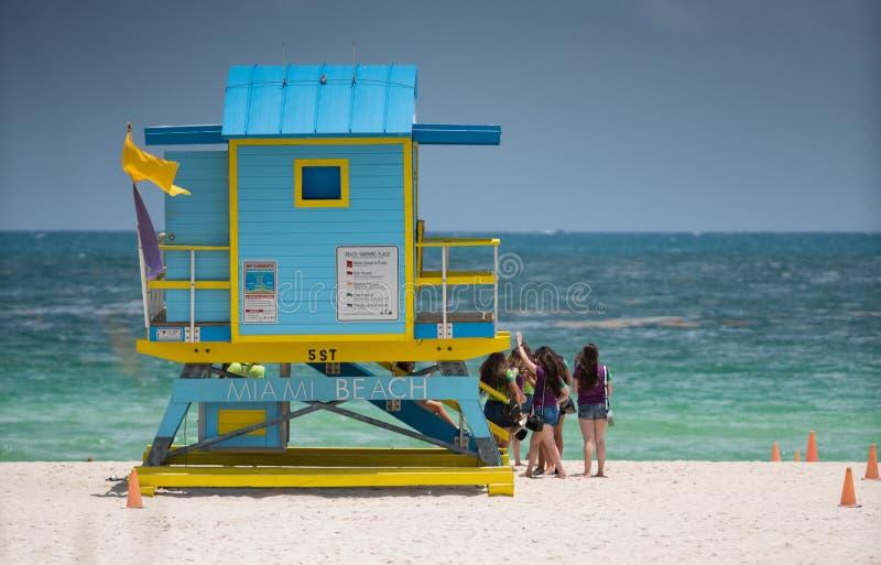 Πύργος Μαϊάμι Μπιτς lifeguard με τους τουρίστες που θέτουν για τις φωτογραφίες στην άμμο στοκ φωτογραφίες