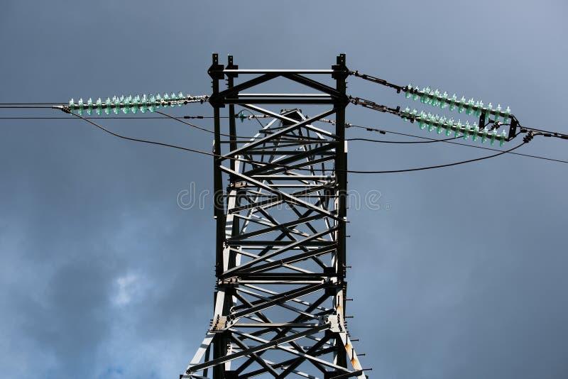 Πύργος μετάδοσης με τα καλώδια υψηλής τάσης από κάτω από στοκ φωτογραφίες