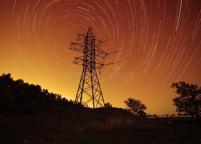 Πύργος μετάδοσης ενάντια στα ίχνη αστεριών στοκ εικόνες