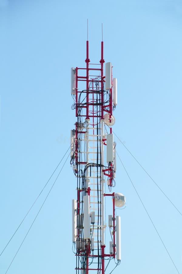 Πύργος μετάλλων με τα δορυφορικά πιάτα ενάντια στο μπλε ουρανό στοκ εικόνα με δικαίωμα ελεύθερης χρήσης