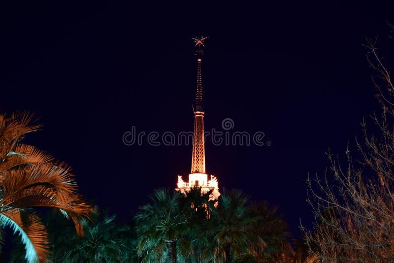 Πύργος με έναν κώνο που φωτίζεται από τα επίκεντρα τη νύχτα στοκ εικόνα