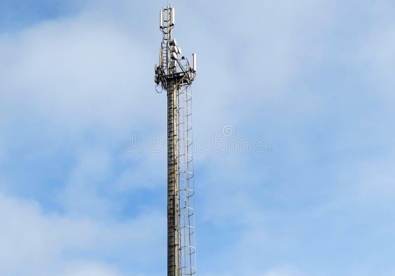 Πύργος με τον εξοπλισμό ραντάρ, τις κεραίες επικοινωνιών GSM και τις συσκευές αποστολής σημάτων ενάντια στον όμορφο μπλε ουρανό μ στοκ εικόνα με δικαίωμα ελεύθερης χρήσης