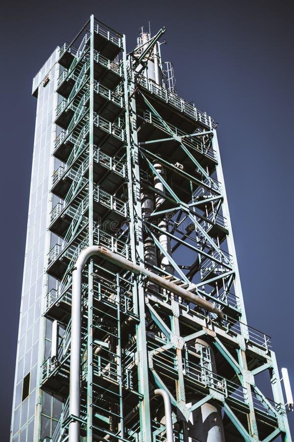 Πύργος μιας δυνατότητας διυλιστηρίων πετρελαίου στοκ φωτογραφία