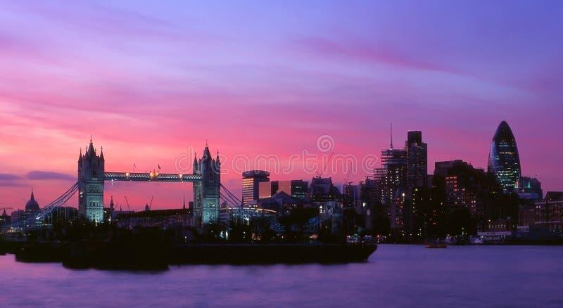 πύργος νύχτας πόλεων γεφυ στοκ φωτογραφία
