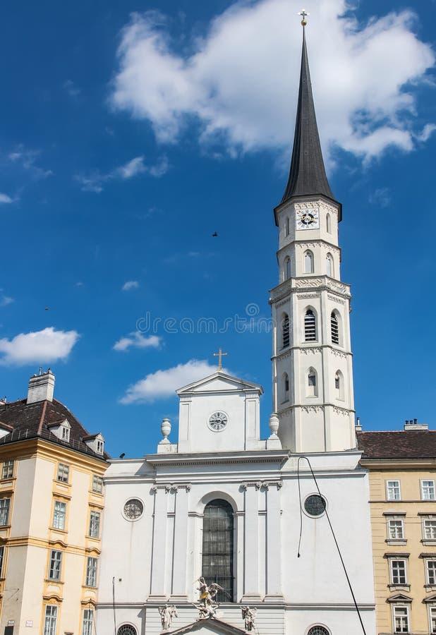 Πύργος ρολογιών στην οικοδόμηση της εκκλησίας του ST Michael στη Βιέννη Αυστρία στοκ εικόνες με δικαίωμα ελεύθερης χρήσης