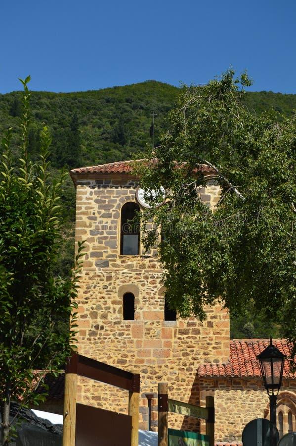 Πύργος ρολογιών της παλαιάς εκκλησίας του SAN Vicente στα δοχεία που χρονολογούνται από τους μεσαιωνικούς χρόνους στη βίλα de Pot στοκ φωτογραφία