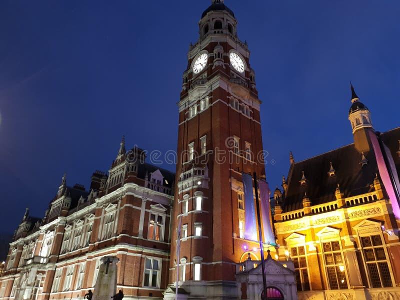 Πύργος ρολογιών Croydon που φωτίζεται τη νύχτα ενάντια στο μπλε ουρανό Πόλης κέντρο Croydon, Λονδίνο, Αγγλία στοκ εικόνα με δικαίωμα ελεύθερης χρήσης