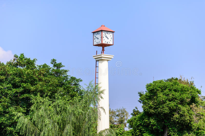 Πύργος ρολογιών στον κήπο με το μπλε ουρανό στοκ εικόνες με δικαίωμα ελεύθερης χρήσης
