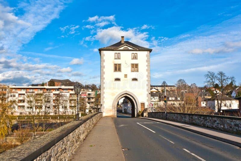 Πύργος στη γέφυρα πέρα από τον ποταμό Lahn στο Limbourg, Γερμανία στοκ φωτογραφία