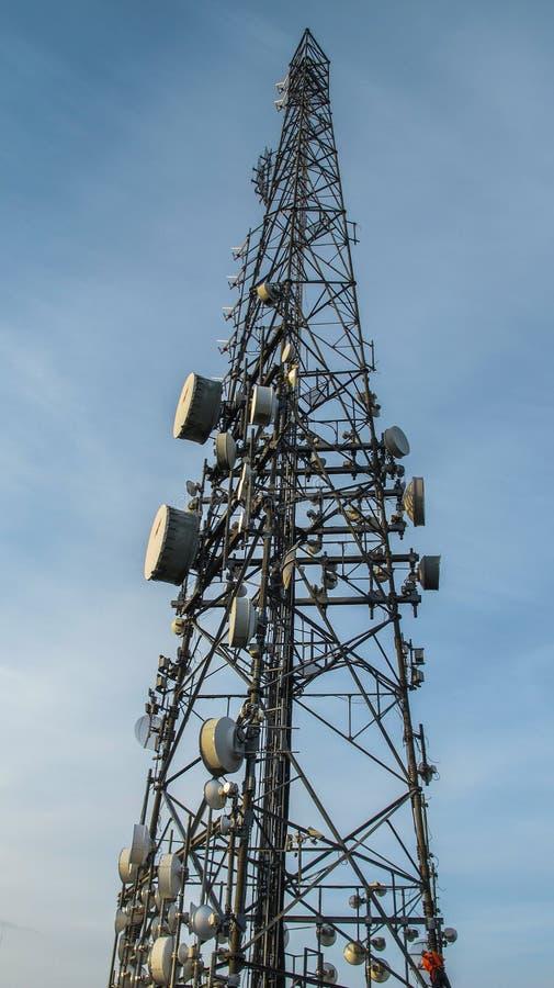 Πύργος τηλεπικοινωνιών με πολλά δορυφορικά πιάτα στοκ εικόνες με δικαίωμα ελεύθερης χρήσης