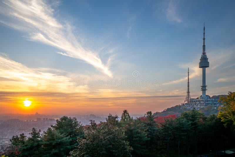 Πύργος της Σεούλ και τοίχος πόλεων στη Σεούλ, Νότια Κορέα στοκ εικόνες