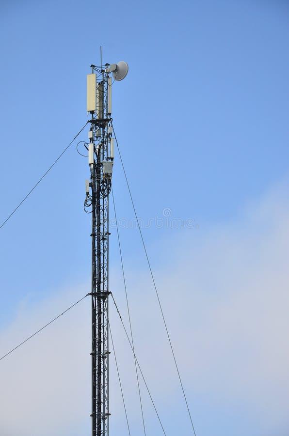 Πύργος τηλεπικοινωνιών για τη μετάδοση των ραδιο κυμάτων στοκ εικόνες