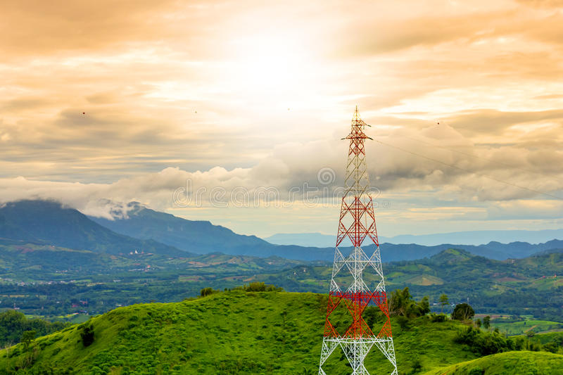 Πύργος τηλεπικοινωνιών κατά τη διάρκεια του υποβάθρου βουνών ηλιοβασιλέματος στο rai στοκ φωτογραφία με δικαίωμα ελεύθερης χρήσης