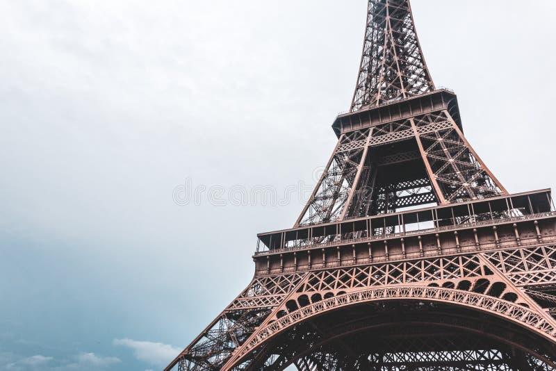 Πύργος του Άιφελ στο Παρίσι, Γαλλία μια ηλιόλουστη ημέρα στοκ φωτογραφία με δικαίωμα ελεύθερης χρήσης