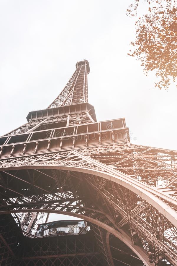 Πύργος του Άιφελ στο Παρίσι Γαλλία την ηλιόλουστη ημέρα από έναν χαμηλό πυροβολισμό γωνίας στοκ φωτογραφία με δικαίωμα ελεύθερης χρήσης