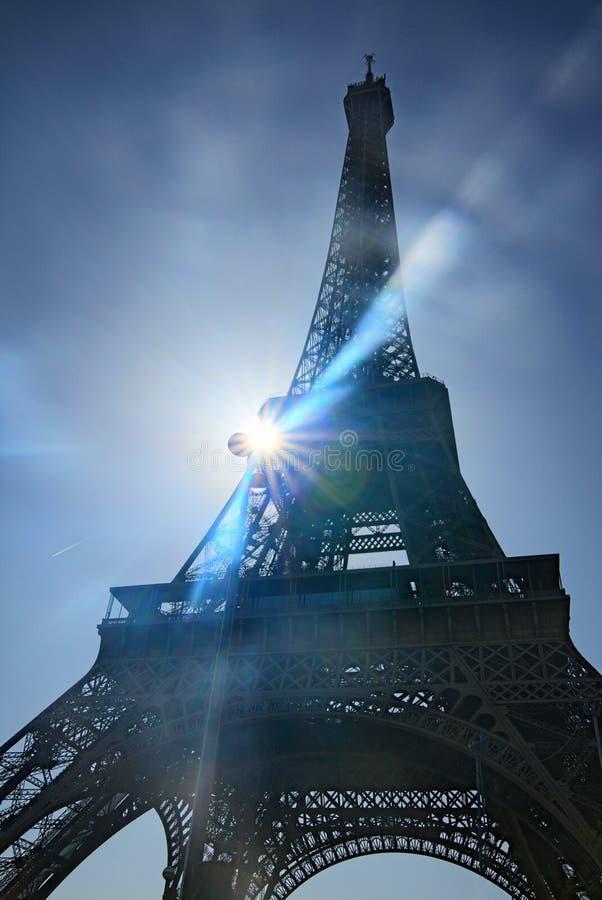 πύργος του Άιφελ Σύμβολο του Παρισιού και εικονικό ορόσημο στη Γαλλία, μια φωτεινή ηλιόλουστη ημέρα με τις ηλιαχτίδες στον ουρανό στοκ εικόνα με δικαίωμα ελεύθερης χρήσης