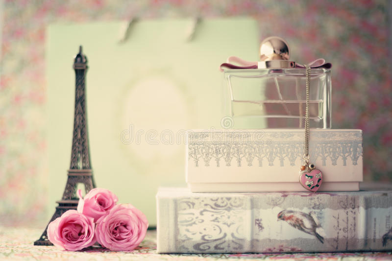 Πύργος του Άιφελ με τα τριαντάφυλλα και το μπουκάλι αρώματος στοκ φωτογραφία με δικαίωμα ελεύθερης χρήσης