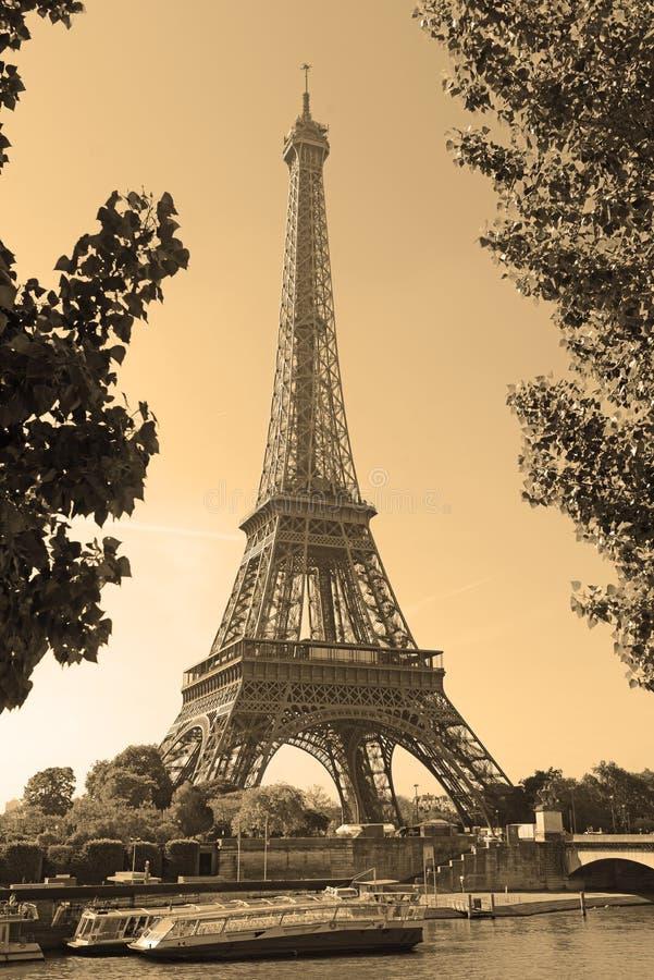 Πύργος του Άιφελ με το φίλτρο σεπιών, Παρίσι Γαλλία στοκ εικόνα με δικαίωμα ελεύθερης χρήσης