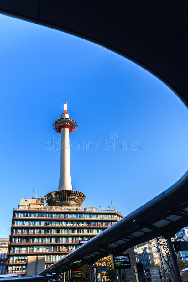 Πύργος του Κιότο με το μπλε ουρανό στην Ιαπωνία στοκ εικόνα με δικαίωμα ελεύθερης χρήσης