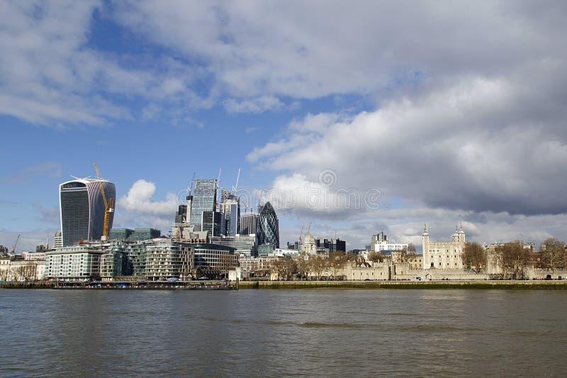 Πύργος του Λονδίνου παράλληλα με τα νέα πιό σύγχρονα κτήρια στοκ φωτογραφίες