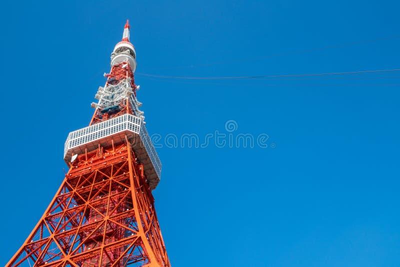 Πύργος του Τόκιο κάτω από το σαφή μπλε ουρανό, Ιαπωνία στοκ φωτογραφίες