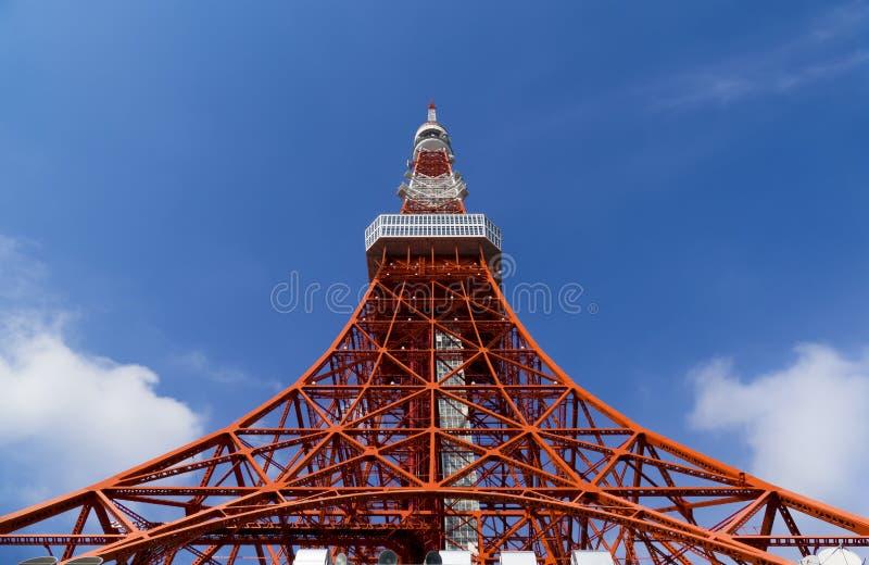 Πύργος του Τόκιο, το ορόσημο της Ιαπωνίας στο μπλε ουρανό στοκ φωτογραφίες