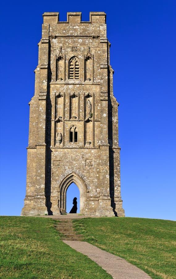 Πύργος του ST Michael με μεσαιωνική γυναικεία σκιαγραφία στη σκαπάνη Glastonbury, Somerset, Αγγλία, Ηνωμένο Βασίλειο στοκ εικόνες
