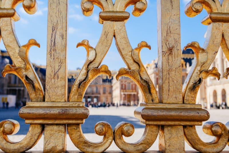 Πύργος των Βερσαλλιών r Άποψη της χρυσής πύλης στο παλάτι Βασιλική κατοικία κοντά στο Παρίσι King& x27 τέταρτα του s Διάσημος του στοκ εικόνες με δικαίωμα ελεύθερης χρήσης