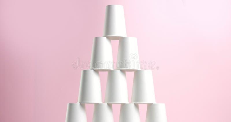 Πύργος φιαγμένος από φλυτζάνια της Λευκής Βίβλου απεικόνιση αποθεμάτων