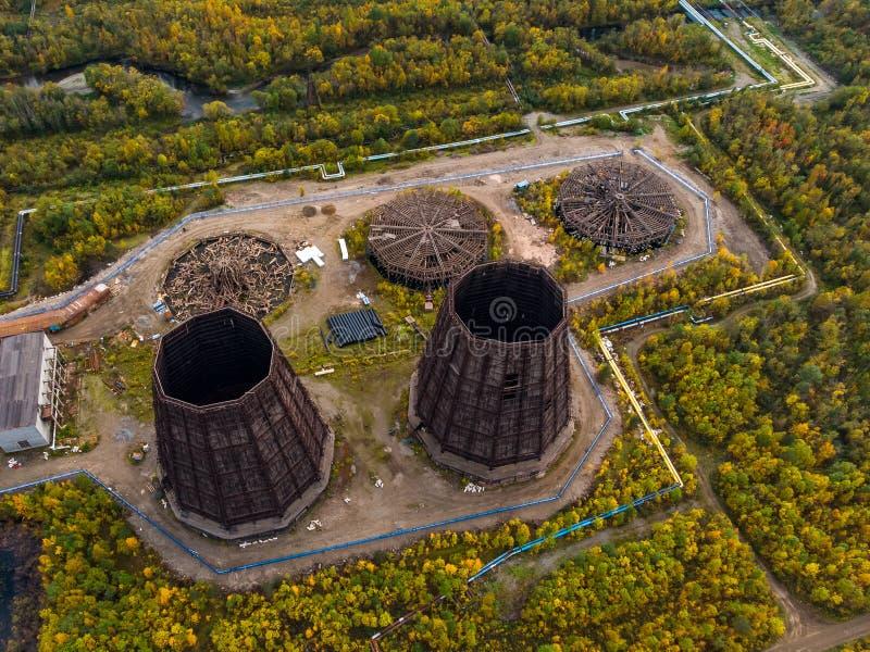 Πύργος ψύξης που αποσυναρμολογεί παλαιό σύστημα για συμπύκνωση υδρατμών θερμικής ισχύος Αεροφωτογραφία στοκ εικόνες