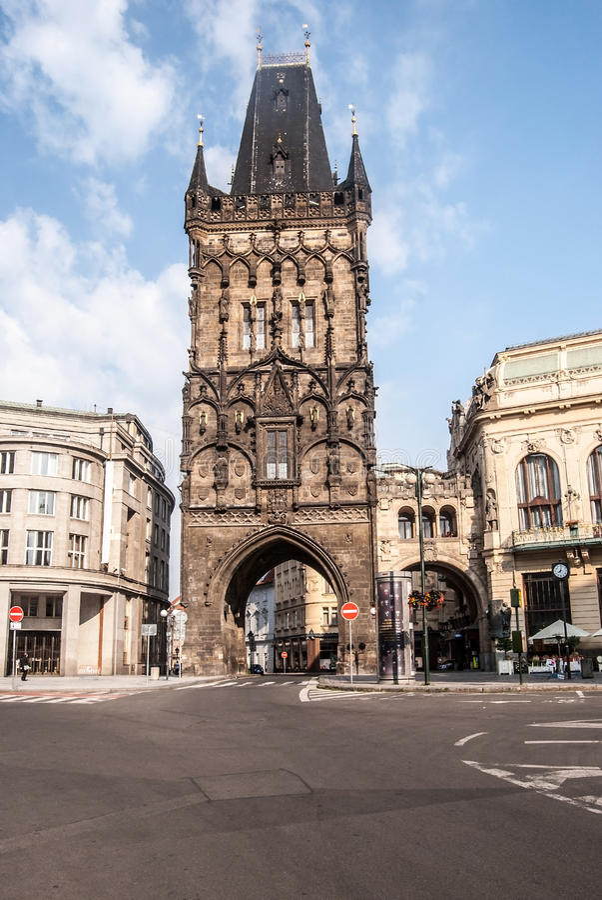 Πύργος brana Prasna στην Πράγα κατά τη διάρκεια του συμπαθητικού θερινού πρωινού στοκ φωτογραφίες