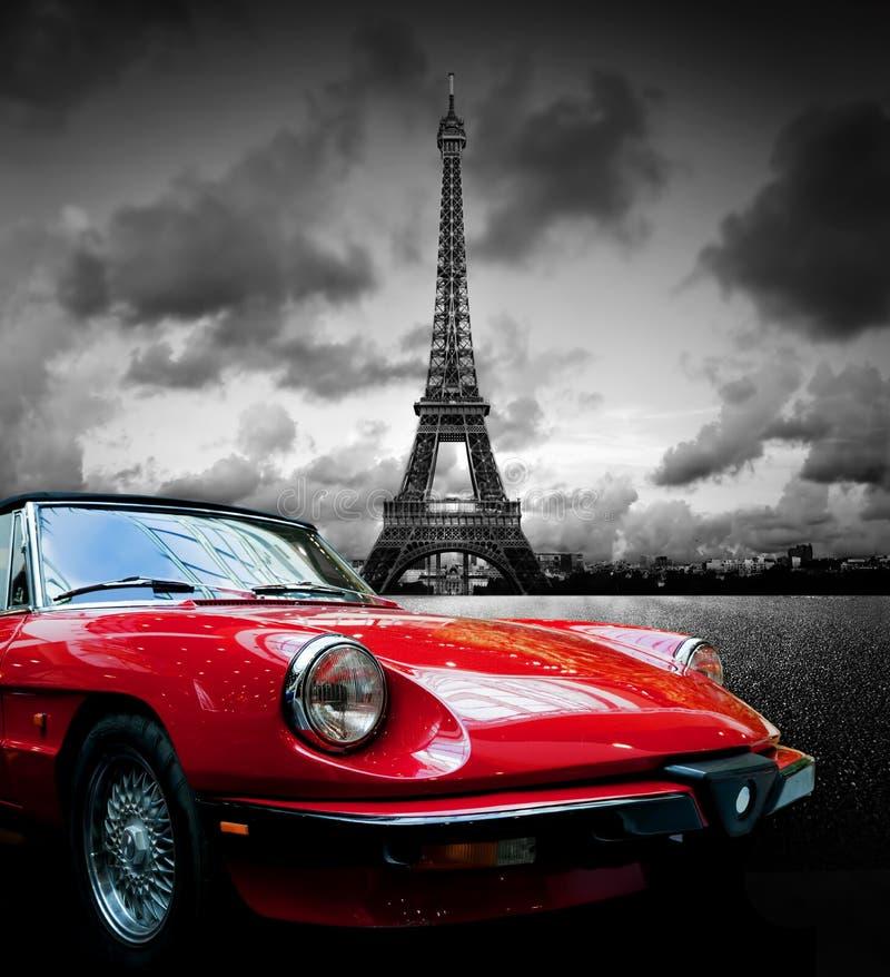 Πύργος Effel, Παρίσι, Γαλλία και αναδρομικό κόκκινο αυτοκίνητο μαύρο λευκό στοκ εικόνα