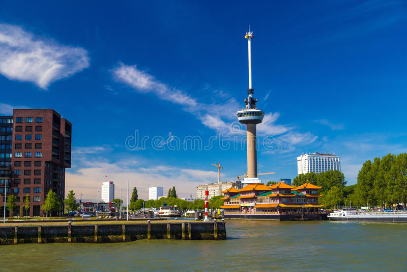 Πύργος Euromast στο Ρότερνταμ με το επιπλέον κινεζικό εστιατόριο στοκ εικόνες