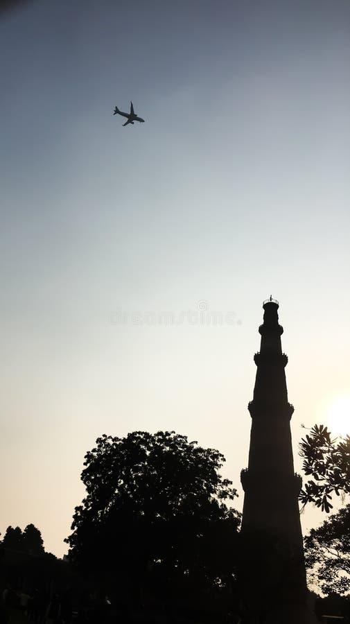 Πύργος Minar Qutub και ένα αεροπλάνο που πετά από το, Νέο Δελχί, Ινδία στοκ φωτογραφία