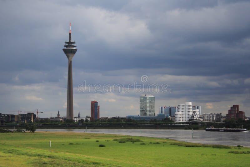 Πύργος Rheinturm TV στο Ντίσελντορφ στοκ εικόνες