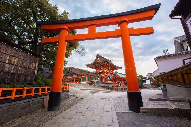 Πύλες Torii στη λάρνακα Fushimi Inari στοκ φωτογραφίες