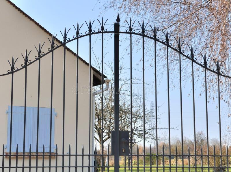 Πύλη επεξεργασμένου σιδήρου στοκ εικόνα με δικαίωμα ελεύθερης χρήσης