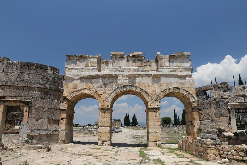 Πύλη και οδός Frontinus στην αρχαία πόλη Hierapolis, Τουρκία στοκ εικόνα