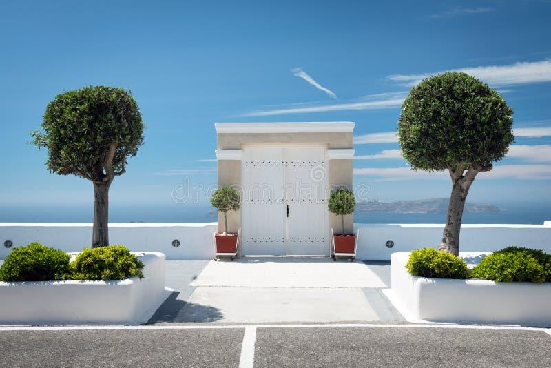 Πύλη με δύο threes και μπλε ουρανό στοκ φωτογραφία με δικαίωμα ελεύθερης χρήσης