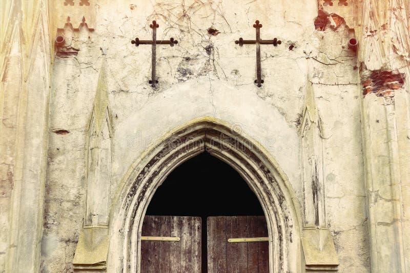 Πύλη σε έναν παλαιό τάφο με στους σταυρούς για το στοκ εικόνα με δικαίωμα ελεύθερης χρήσης