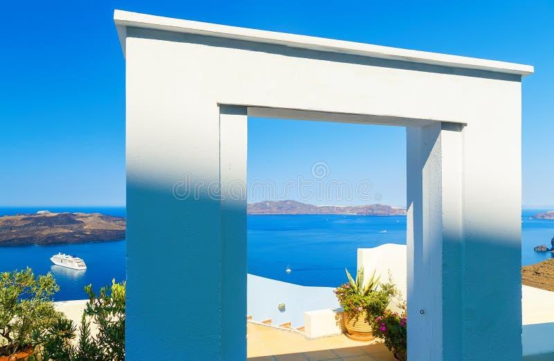 Πύλη στη θάλασσα - νησί Santorini Άποψη σχετικά με τα βήματα που οδηγούν κάτω και που αγνοούν το Calero και το κρουαζιερόπλοιο στ στοκ εικόνες