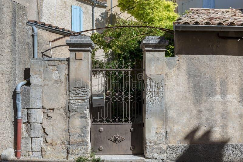 Πύλη στο μεσαιωνικό μικρό χωριό, Προβηγκία στοκ φωτογραφία