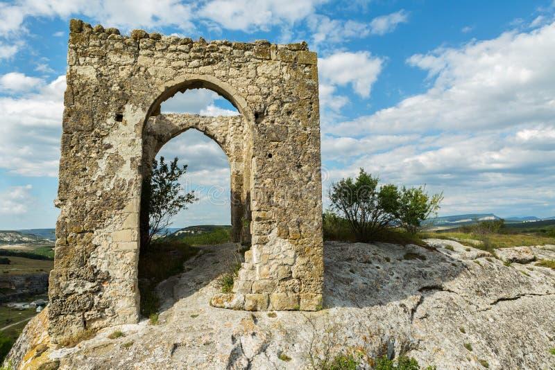 Πύλη στο οροπέδιο Tapshan της πόλης σπηλιών cherkez-Kermen στην κοιλάδα, Κριμαία στοκ εικόνες