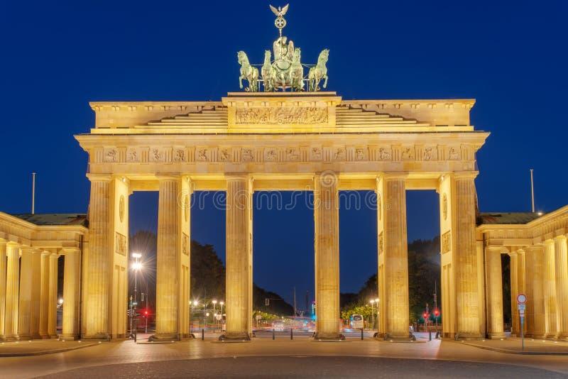 Πύλη του Βραδεμβούργου Berlins τη νύχτα στοκ φωτογραφία με δικαίωμα ελεύθερης χρήσης