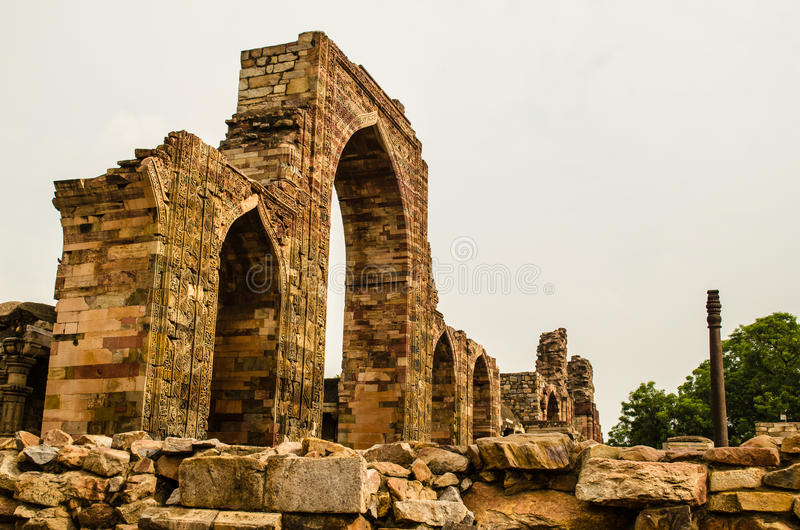 Πύλη του μουσουλμανικού τεμένους qubbat-ul-Ισλάμ και του στυλοβάτη σιδήρου στοκ εικόνες