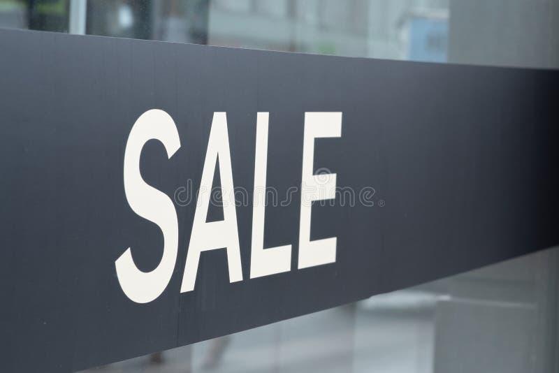 Πώληση επιγραφής στην προθήκη στοκ φωτογραφία