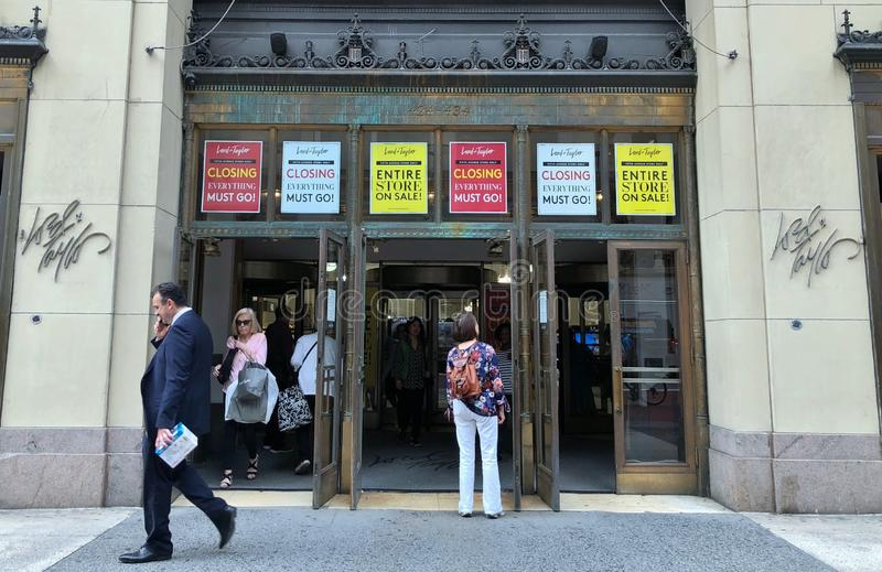 Πώληση καταστημάτων Λόρδου και ναυαρχίδων του Taylor Νέα Υόρκη και κλείνοντας σημάδια και αφίσες καταστημάτων στοκ εικόνες