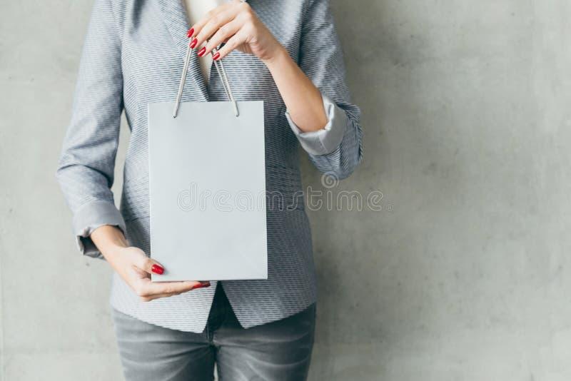 Πώληση καταστημάτων τσαντών εγγράφου εκμετάλλευσης γυναικών αγορών στοκ εικόνες