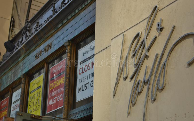 Πώληση κλεισίματος σημαδιών καταστημάτων του Μανχάταν Λόρδου & ναυαρχίδων του Taylor Νέα Υόρκη από τις επιχειρησιακές αφίσες στοκ φωτογραφίες με δικαίωμα ελεύθερης χρήσης