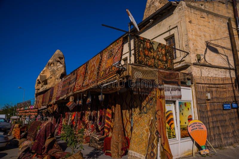 Πώληση στην αγορά, τουρκικό Bazaar στην οδό, μπροστινή άποψη των διαφορετικών ταπήτων στην αγορά σε Cappadocia, Τουρκία στοκ εικόνα